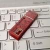 Holz USB Stick mit Gravur | USB 3.0 16GB | Natürliche Baltischer Bernsteine | Eschen oder Mahagonie Holz | Verfügbar in 10 Schriftarten und Symbolen